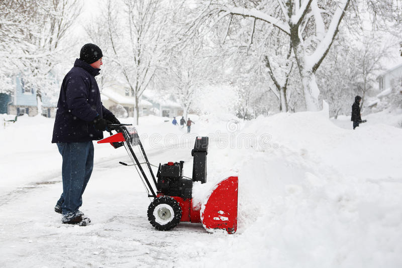 Mens die een sneeuwblazer met behulp van stock foto