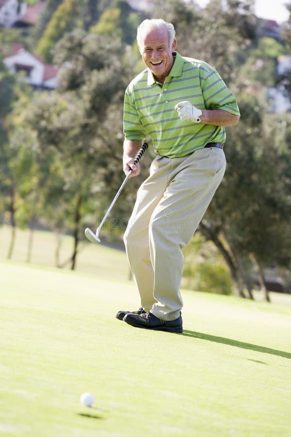 Mens die een Spel van Golf speelt royalty-vrije stock foto