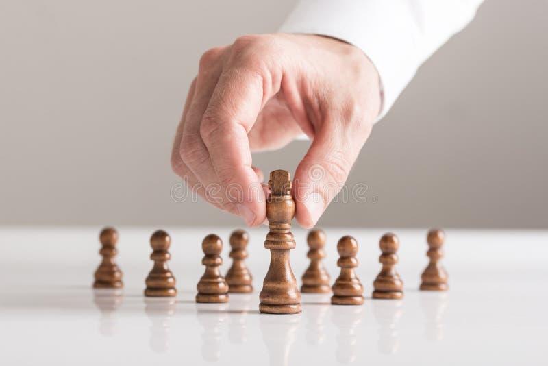 Mens die een spel van schaak op witte lijst in een dichte omhooggaande mening spelen royalty-vrije stock afbeelding