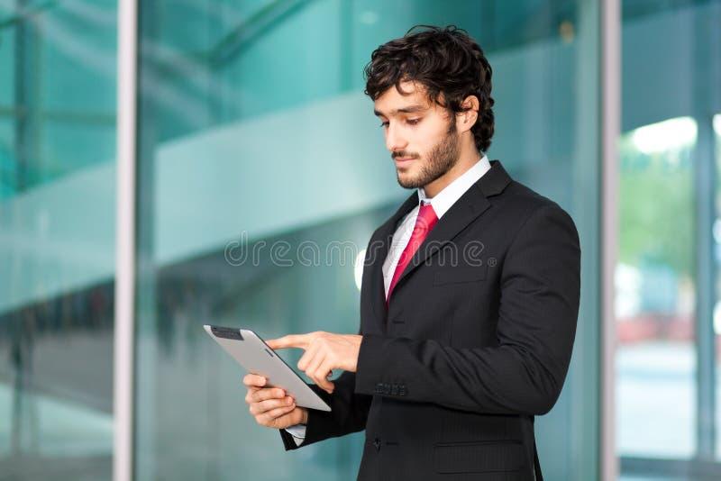Mens die een tablet gebruiken royalty-vrije stock foto