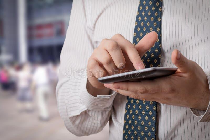 Mens die een tablet gebruiken royalty-vrije stock fotografie