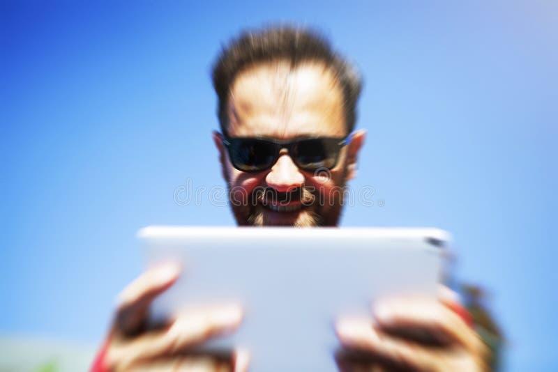 Mens die een tablet lezen Gezoemeffect royalty-vrije stock afbeelding