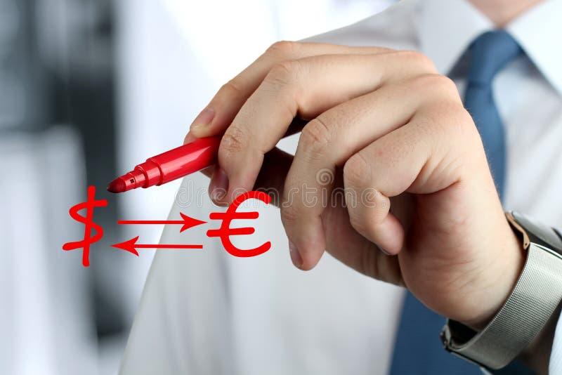 Mens die een teken van euro met vraag trekken door rode pen royalty-vrije stock foto's