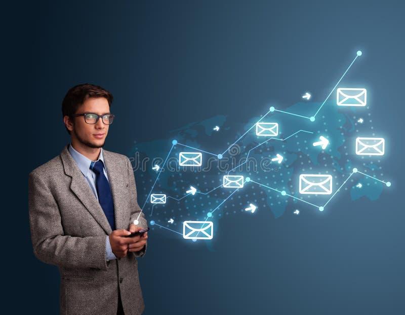 Download Mens Die Een Telefoon Met Pijlen En Berichtpictogrammen Houden Stock Afbeelding - Afbeelding bestaande uit bericht, pijl: 39100597