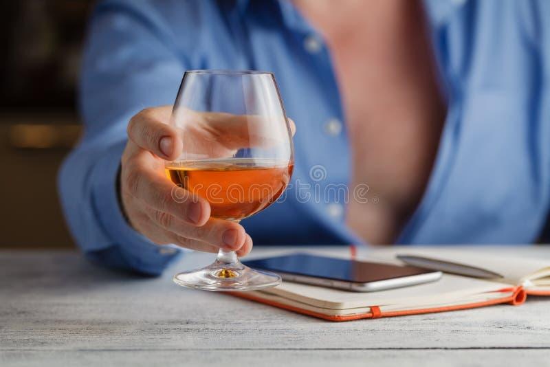 Mens die een toast& x28 maken; drinking& x29; royalty-vrije stock foto