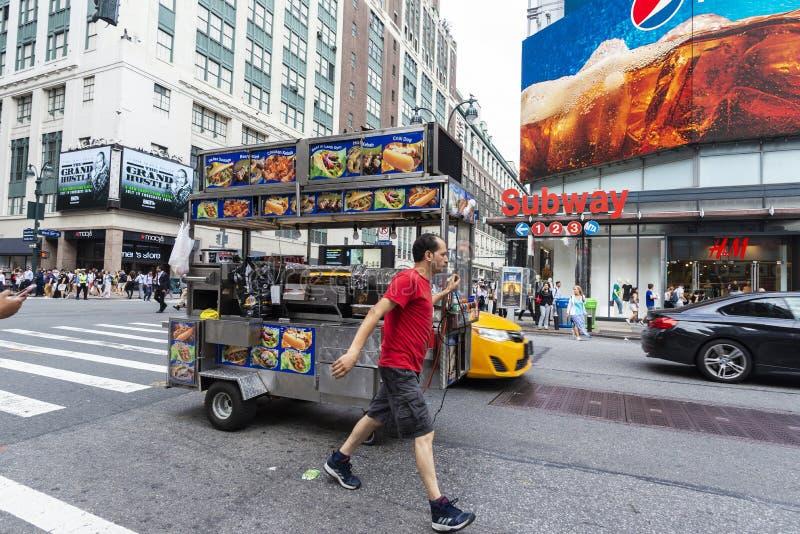 Mens die een vrachtwagenvoedsel de Stad in van Manhattan, New York dragen, de V.S. stock foto
