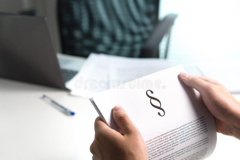 Mens die een wettelijk document houden met een huis van het sectieteken in hand royalty-vrije stock afbeelding