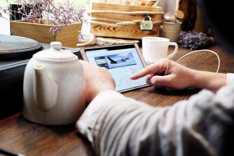 Mens die een witte tabletcomputer houden en voor onderzoek Google typen stock foto