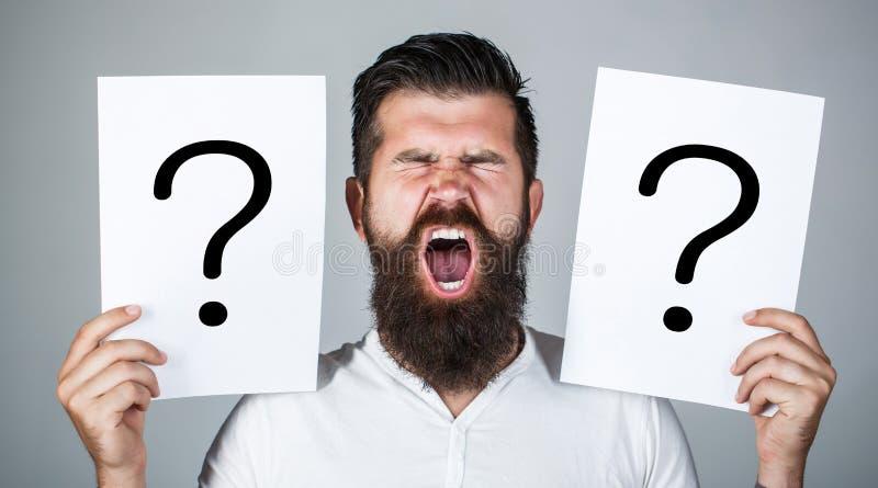 Mens die, emotie gillen Mensenvraag Mannetje met emotieschreeuw, vraagtekens Gillende mens Het krijgen van antwoorden, schreeuw royalty-vrije stock foto
