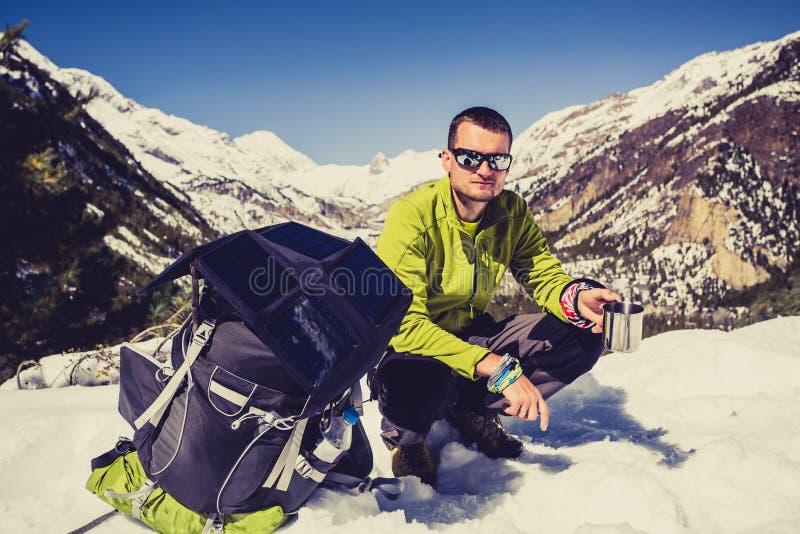 Mens die en in de Bergpas van Himalayagebergte kamperen wandelen in Nepal royalty-vrije stock foto