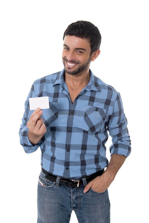 Mens die en het lege adreskaartje gelukkig glimlachen tonen richten stock fotografie