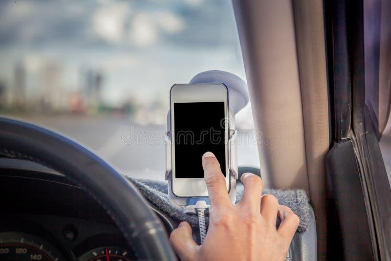 Mens die en telefoon in auto drijven met behulp van royalty-vrije stock afbeeldingen