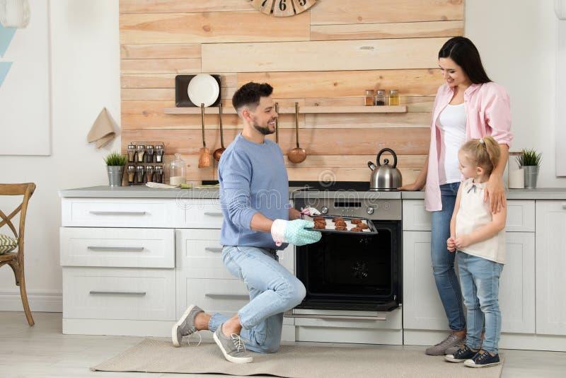 Mens die familie behandelen met oven gebakken koekjes stock afbeelding