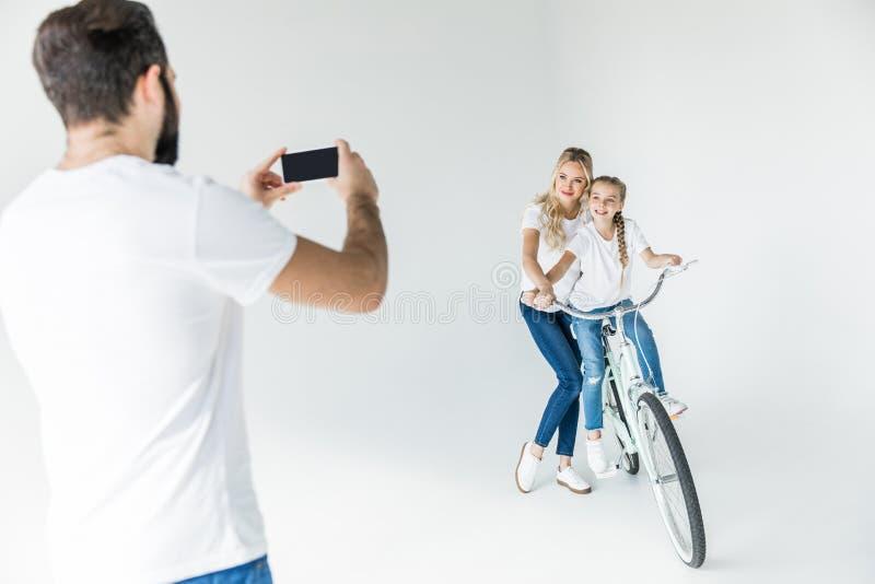 Mens die familie met smartphone fotograferen royalty-vrije stock afbeeldingen
