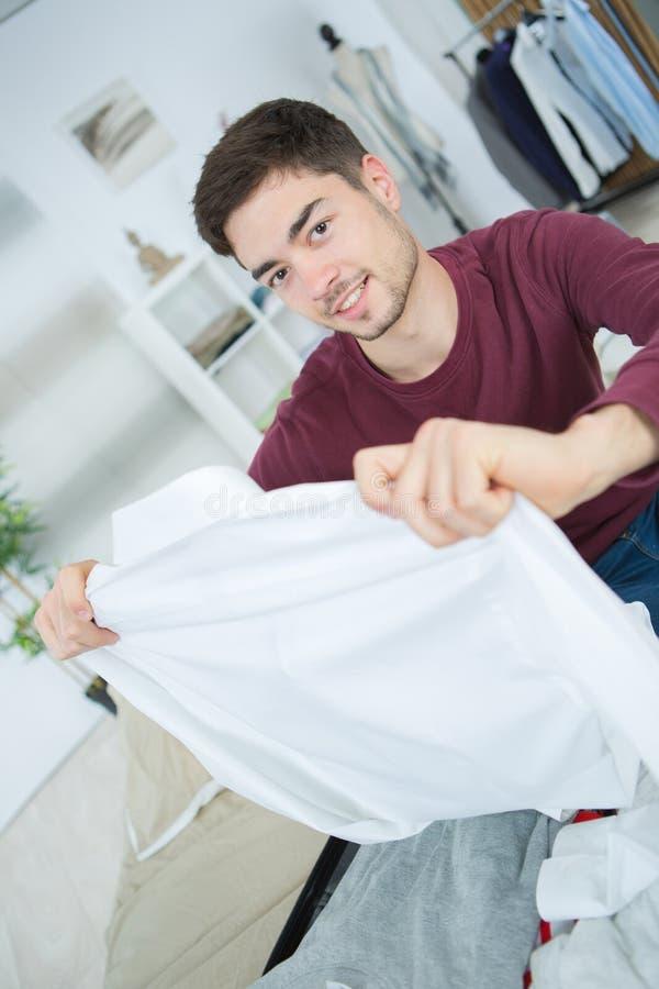 Mens die garderobe opruimen stock fotografie