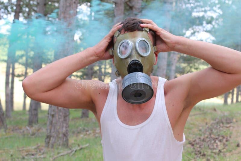 Mens die gasmasker dragen en paniek experimenteren stock afbeeldingen