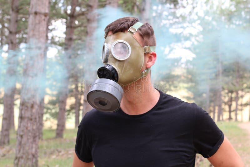 Mens die gasmasker dragen en paniek experimenteren stock fotografie