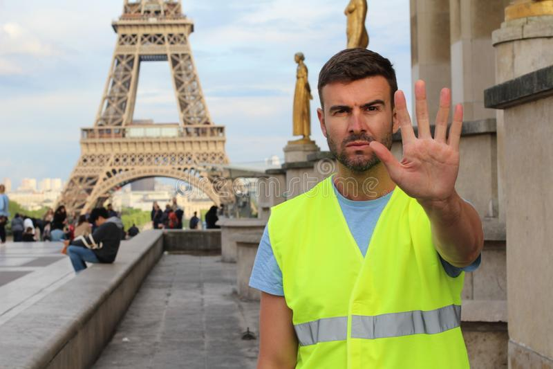 Mens die geel vest dragen die in Parijs, Frankrijk protesteren stock afbeelding