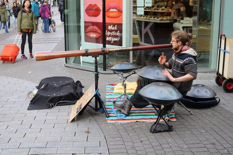 Mens die gek instrument spelen royalty-vrije stock afbeelding