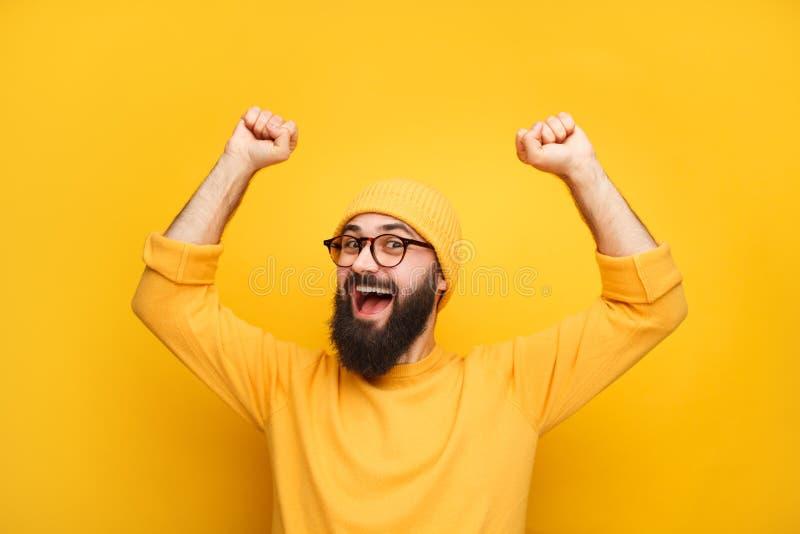 Mens die in gele kleren gelukkig voelen royalty-vrije stock foto's