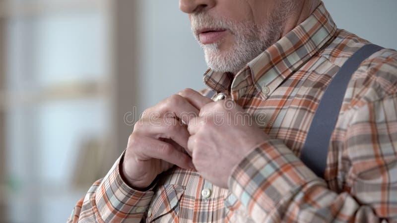 Mens die geruite overhemd en bretels, ouderwetse kleren voor baan dragen stock fotografie
