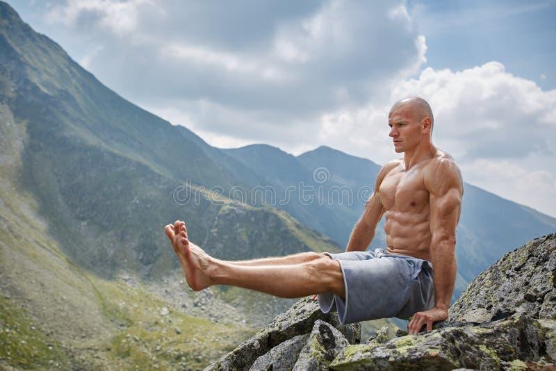 Mens die geschiktheid op een berg doen royalty-vrije stock foto