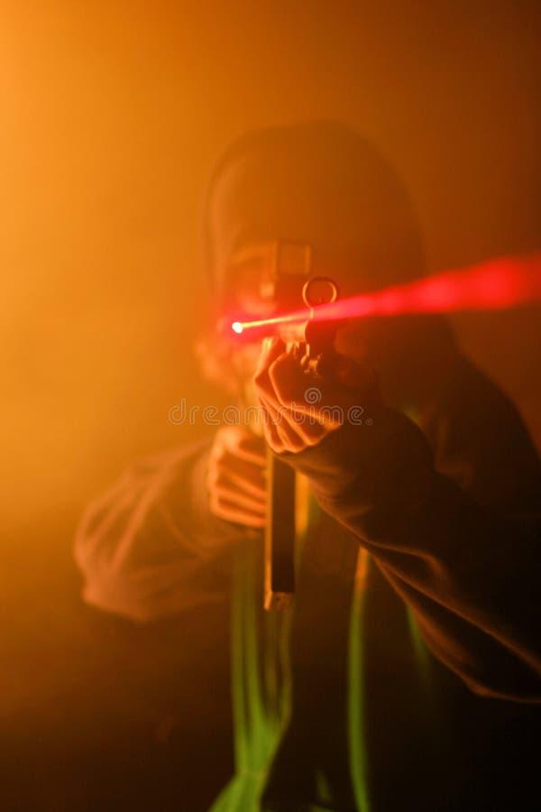 Mens die geweer met laser schieten stock foto's