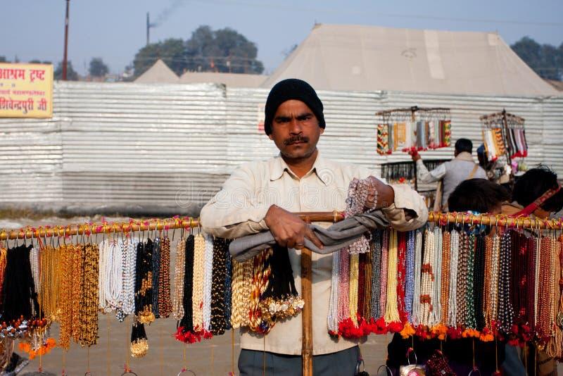 Mens die goedkope juwelen en parels verkopen royalty-vrije stock foto's
