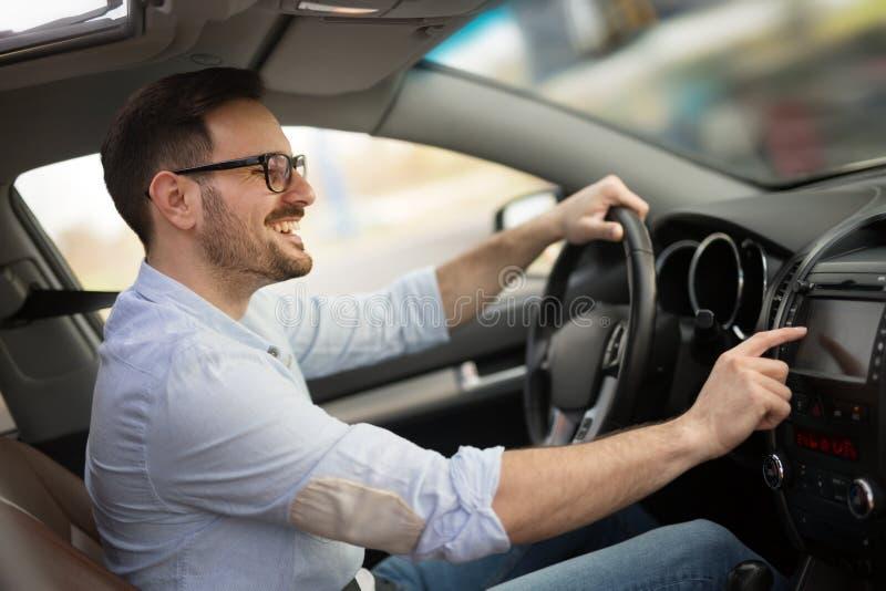 Mens die Gps Navigatiesysteem in Auto met behulp van om te reizen stock fotografie