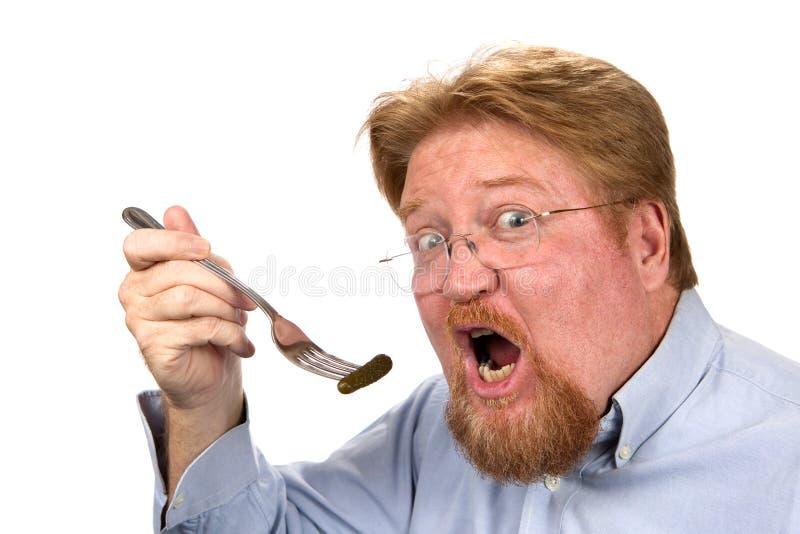 Mens die Groenten in het zuur op Vork eten stock fotografie