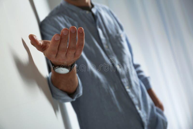 Mens die hand geven aan somebody, close-up royalty-vrije stock afbeelding