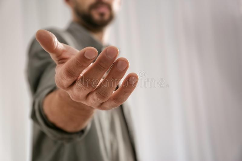 Mens die hand geven aan somebody, close-up met ruimte voor tekst royalty-vrije stock afbeelding