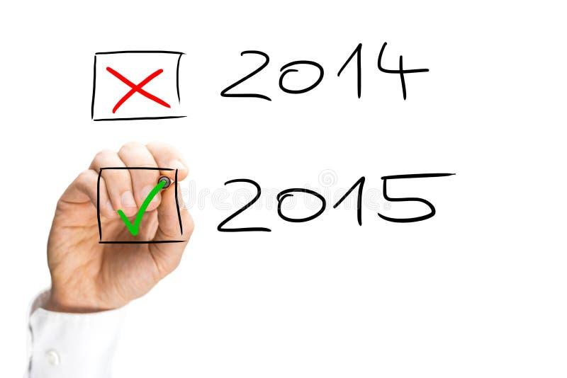 Mens die het begin van het 2015 Nieuwjaar tikt stock foto