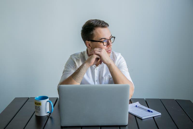 Mens die in het bureau werken royalty-vrije stock foto