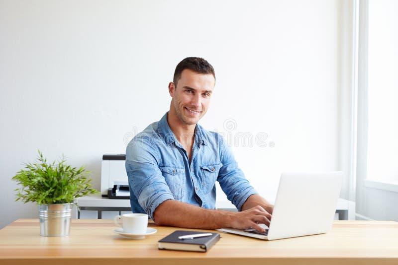 Mens die in het bureau werken stock foto