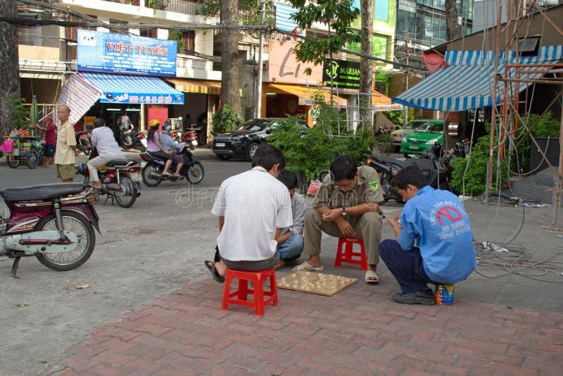 Mens die het Chinese spel van de schaakraad op de straat spelen stock fotografie