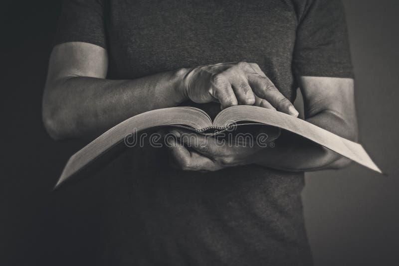 Mens die het Heilige Bijbelconcept lezen royalty-vrije stock afbeelding