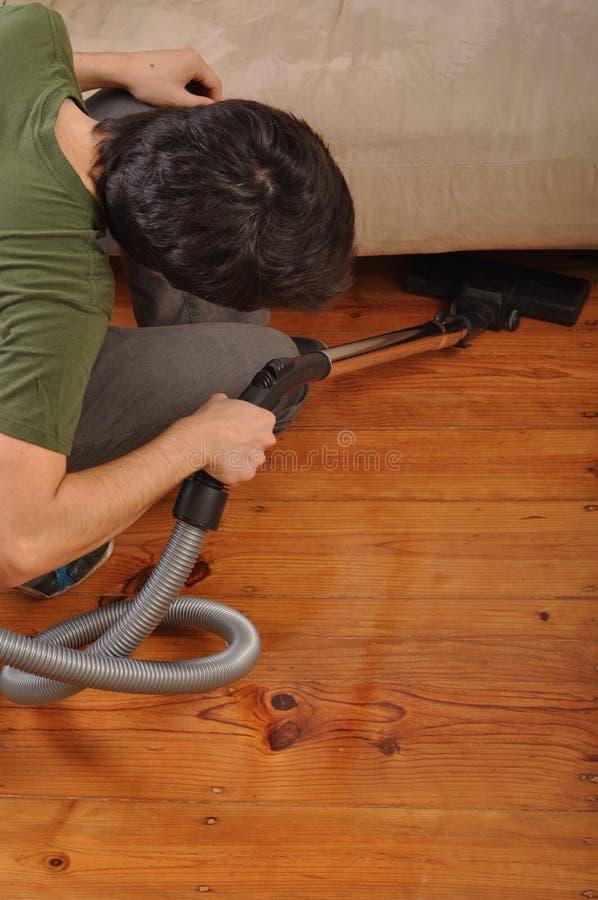 Mens die het huishoudelijk werk doet stock afbeelding