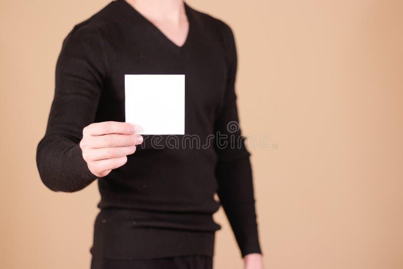 Mens die het lege witte vierkante boekje van de vliegerbrochure tonen Pamflet p stock fotografie