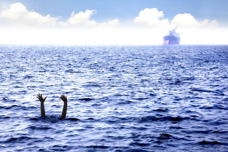 Mens die in het overzees verdrinkt stock afbeelding