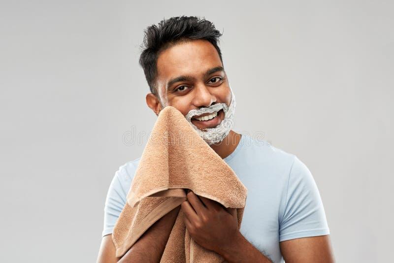 Mens die het scheren schuim verwijderen uit gezicht door handdoek royalty-vrije stock foto's