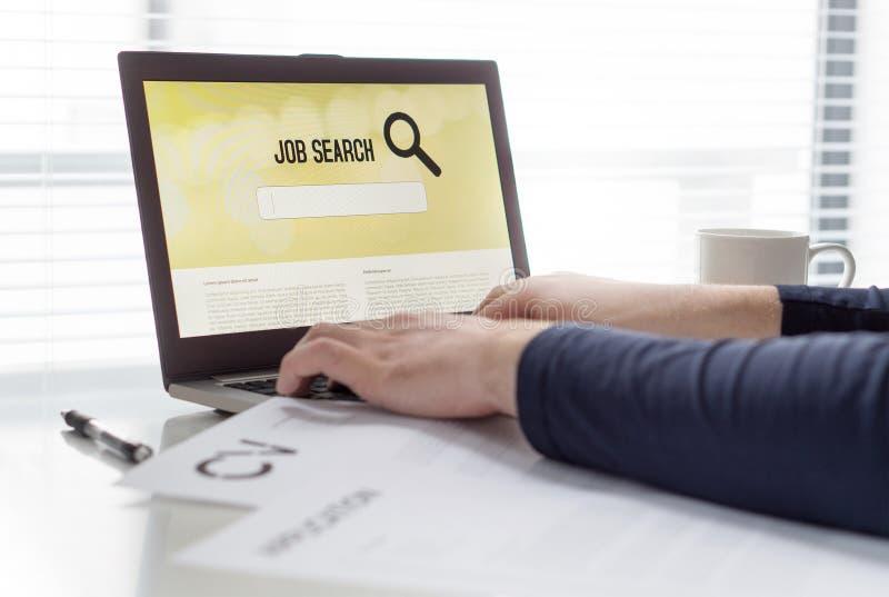 Mens die het werk met online baanzoekmachine op laptop proberen te vinden Werkzoekende in huisbureau Cv en toepassingsdocument op stock afbeeldingen