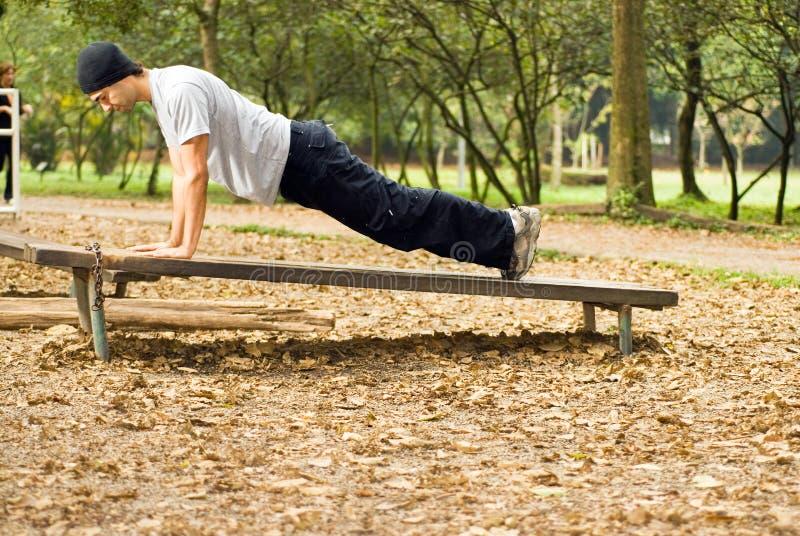 Mens die horizontale Opdrukoefeningen doet - stock afbeelding