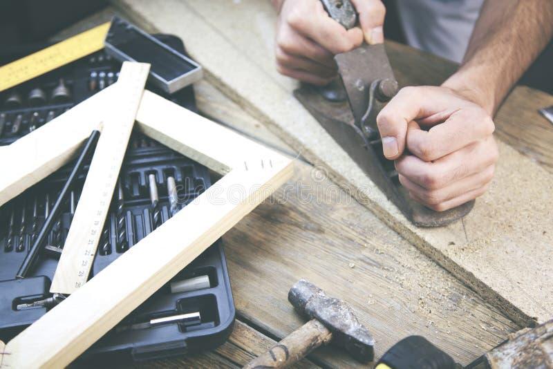Mens die in hout werken stock foto