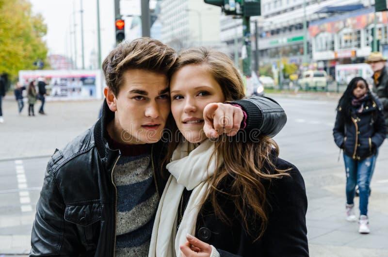 Mens die iets tonen aan Meisje op Stadsstraat stock foto's