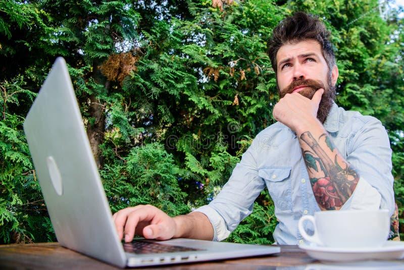 Mens die inspiratie zoeken Vind het onderwerp schrijft Gebaarde hipsterlaptop die Internet surfen Dagelijkse verslaggeversjournal royalty-vrije stock afbeeldingen