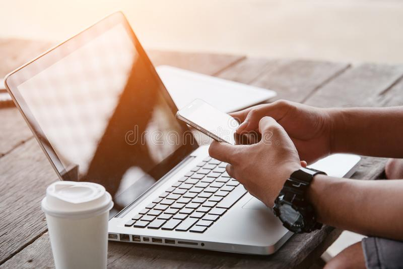 Mens die Internet op slimme telefoon en laptop gebruiken royalty-vrije stock foto's