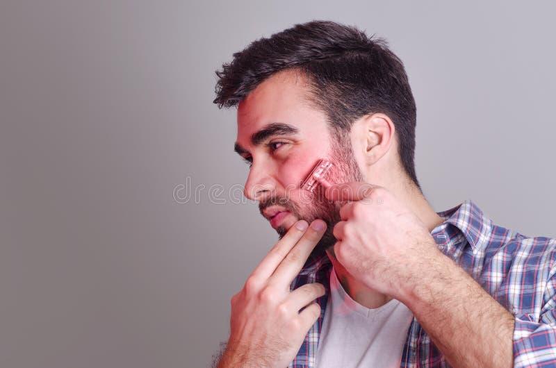 Mens die irritatie hebben terwijl het scheren, fotomanipulatie royalty-vrije stock foto