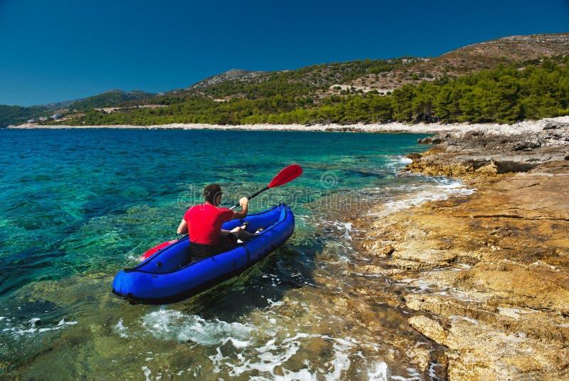Mens die in kajak bij Adriatische overzees roeit royalty-vrije stock foto's