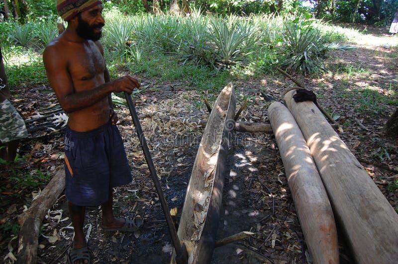 Mens die kano Papoea-Nieuw-Guinea maken stock fotografie